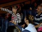 Com som baixo e luz acesa, cine faz sessão para crianças autistas do DF