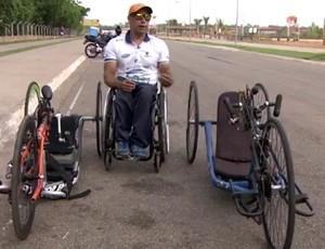 Rogério Lima ao lado de suas handbikes (Foto: Reprodução/ Rede Amazônica RO)