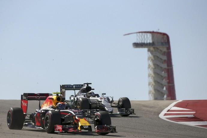 Max Verstappen e Nico Rosberg lado a lado no 3º treino livre para o GP dos EUA (Foto: Reuters)