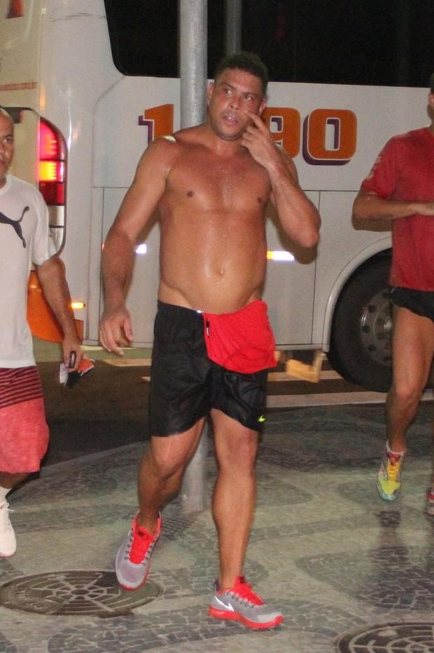 Ronaldo Fenômeno corre no Leblon, RJ (Foto: Rodrigo dos Anjos / AgNews)