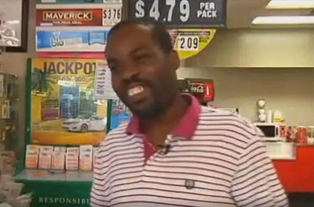 Cedric Jackson recuperou bilhetes de loteria premiados que tinha jogado no lixo  (Foto: Reprodução/YouTube/Voice of America)