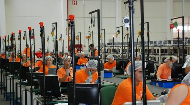 Linha de produção da Positivo Informática (Foto: Divulgação)