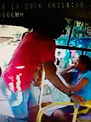 Câmera de segurança do ônibus registrou ação do assaltante que foi morto na BR-324, em Salvador na Bahia (Foto: Divulgação/SSP-BA)