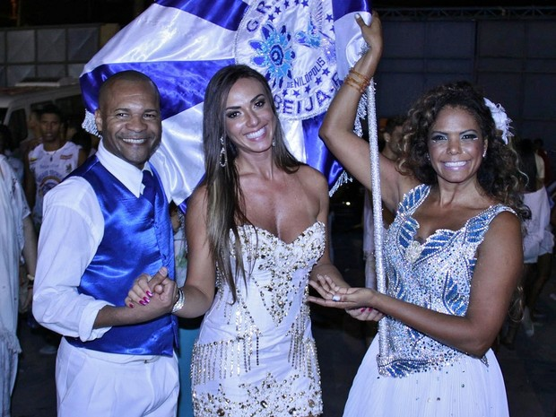 Nicole Bahls entre os casal de mestre-sala e porta-bandeira Claudinho e Selminha Sorriso (Foto: Divulgação)