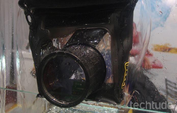 Capa consegue proteger máquina fotográfica imersa em até 5 metros (Foto: Pedro Zambarda/TechTudo)