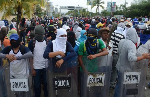 Mascarados, manifestantes mexicanos participam de protesto após o sumiço de 43 estudantes no México (Foto: /Bernardino Hernandez/AP)