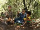 Regina Casé, Estevão Ciavatta e o filho Roque plantam árvores no Rio