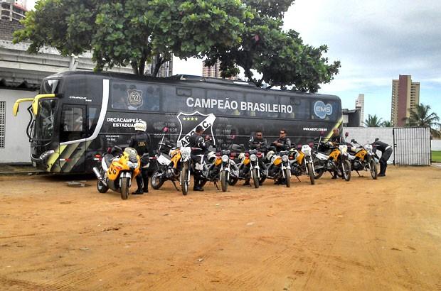 Policiais militares de trânsito fizeram a escolta do time do ABC até o estádio (Foto: Rafael Barbosa/G1)