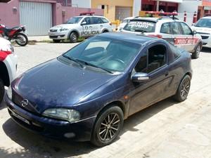 Carro do agente, usado na fuga pelos detentos, foi encontrado nesta quinta-feira (Foto: Diógenes Fernandes/Arquivo Pessoal)