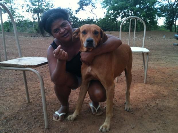 Isabel Ferreira e o cão Rec, que impediu que a dona fosse estuprada no último sábado (13) (Foto: Raquel Morais/G1)