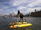 Americano adapta bicicleta para poder pedalar no rio Hudson nos EUA