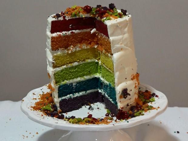 Bolo arco-íris (Foto: Reprodução/EGO)