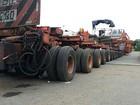 Carreta com 256 rodas está parada em posto de Patos de Minas, MG