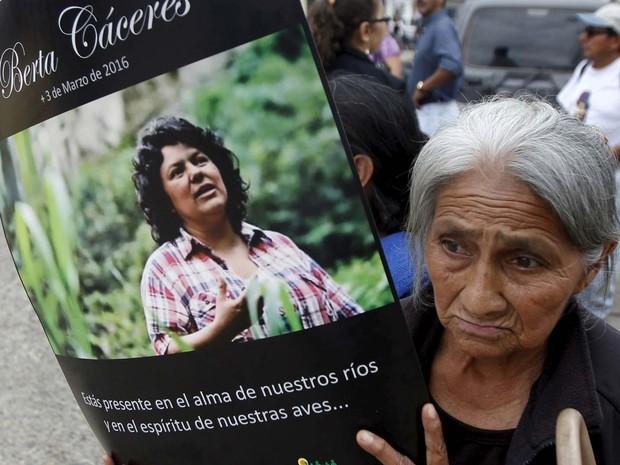 Mulher ergue cartaz com foto da ambientalista Berta Cárceres durante seu enterro neste sábado (5) em La Esperanza (Foto: REUTERS/Jorge Cabrera)