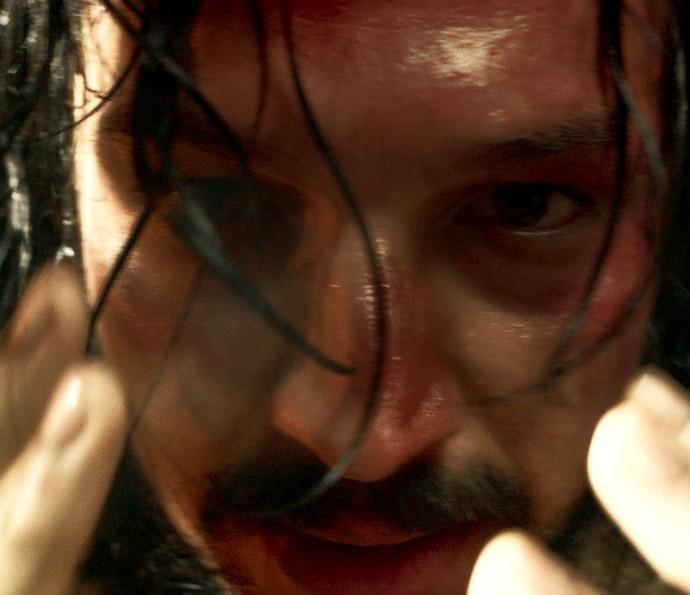 Bertoleza joga sopa quente em rosto de Gaspar, que fica queimado (Foto: TV Globo)