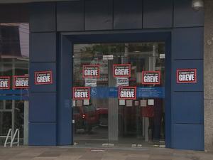 Bancários estão em greve por tempo indeterminado no RS (Foto: Reprodução/RBS TV)