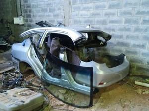 Carro apreendido em desmanche de Divinópolis (Foto: Polícia Civil/Divulgação)