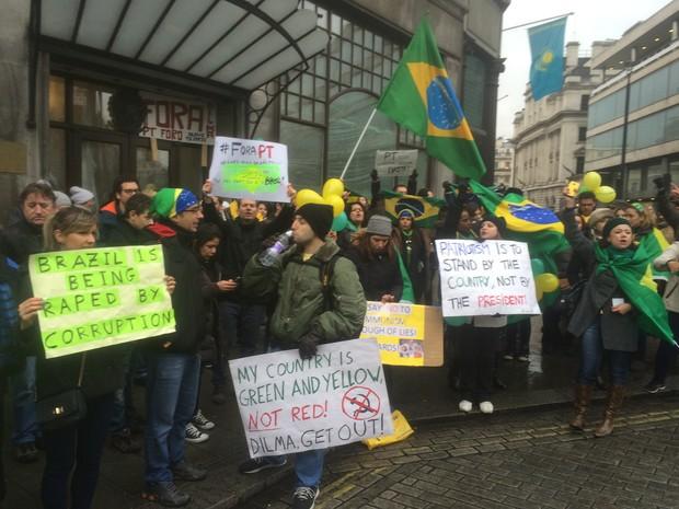 Cerca de 60 pessoas reúnam-se em frente à embaixada brasileira em Londres em protesto contra o governo, neste domingo (15) (Foto: Roberto Kovalick/G1)