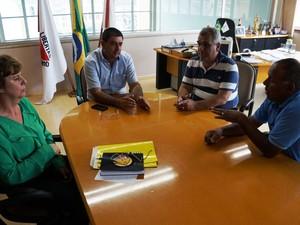 Reunião definiu retorno de aulas no município de Oliveira (Foto: Prefeitura/Divulgação)