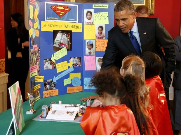 Meninas de seis anos explicam invenção ao presidente Obama durante Feira de Ciências nesta segunda-feira (23) na Casa Branca (Foto: REUTERS/Jonathan Ernst)