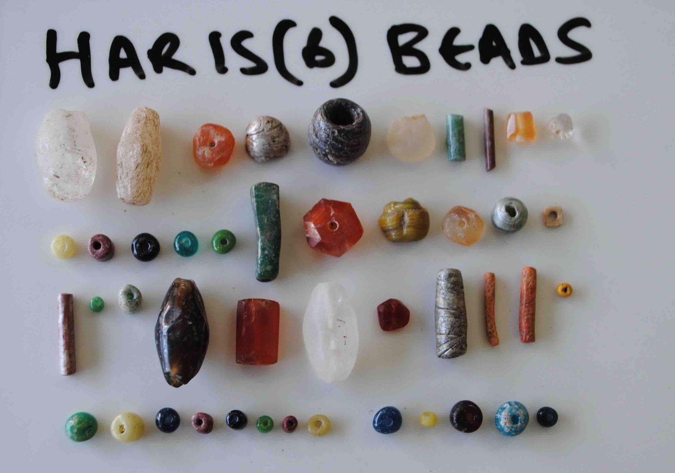 Joias encontradas no sítio arqueológico em Harlaa, Etiópia (Foto: Universidade de Exeter)