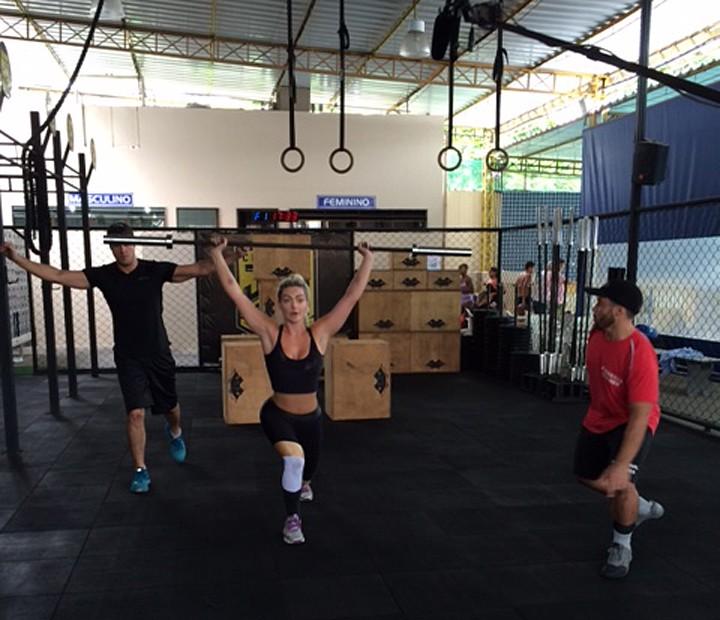 Laura Keller levanta barra de ferro durante treino de crossfit (Foto: Vídeo Show / Gshow)