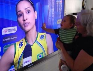 Jaqueline posta foto do filho no colo na avô e a assistindo pela televisão (Foto: Reprodução/Instagram)