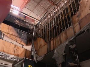 Incêndio no shopping popular Edson Diniz danificou pelo menos 10 lojas (Foto: Reprodução/TV Paraíba)