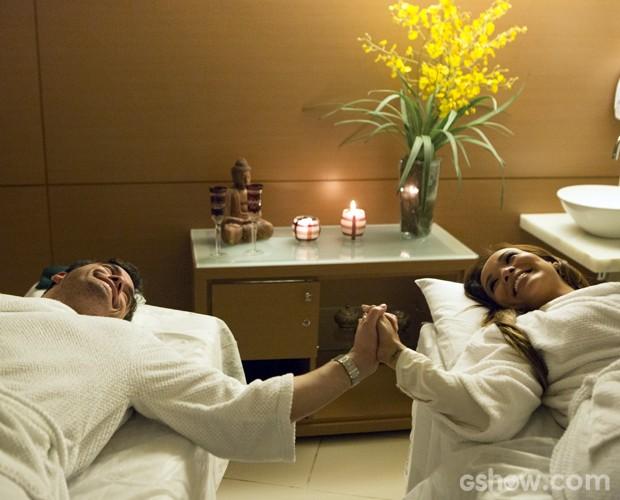 Os dois relaxaram bastante com a massagem nos pés (Foto: Felipe Monteiro / TV Globo)