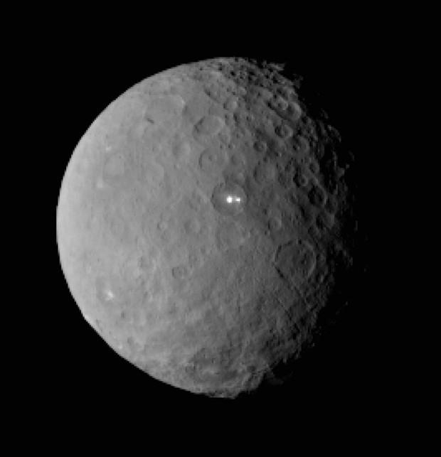 Imagem de 19 de fevereiro mostra o planeta anão Ceres feita pela sonda Dawn a uma distância de 46 mil km; pontos brilhantes intrigaram pesquisadores (Foto: AP Photo/NASA/JPL-Caltech/UCLA/MPS/DLR/IDA)