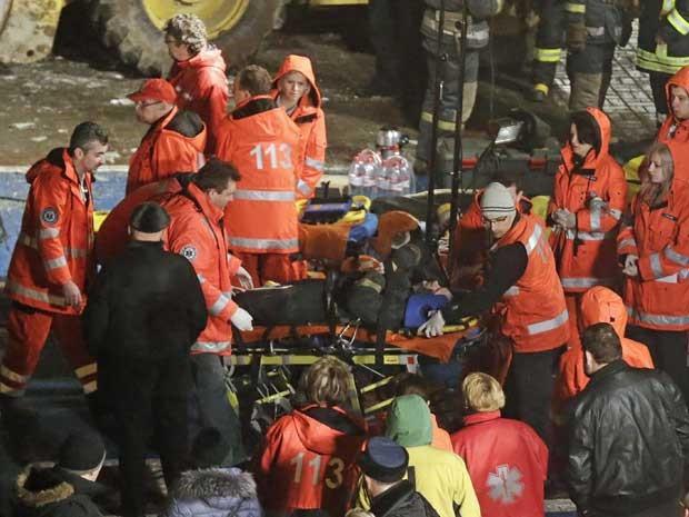 Equipes de socorro resgatam vítima de desabamento de centro comercial na Letônia. (Foto: Ints Kalnins / Reuters)
