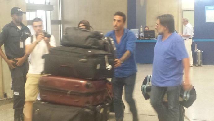 Salgueiro, novo atacante do Botafogo, desembarca no Rio (Foto: Thiago de Lima)