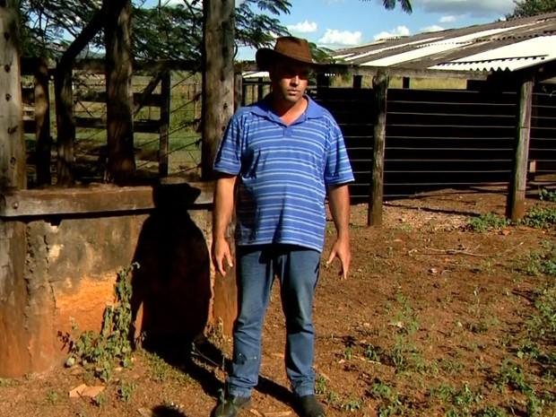 Weverton Baptista da Silva teve 12 animais furtados há uma semana (Foto: Luciano Tolentino/EPTV)