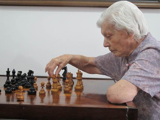 Vicentina concentrada durante partida de xadrez (Foto: Mariane Rossi/G1)