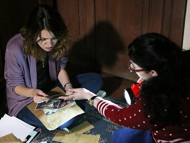 Bia ajuda Laura a procurar nos arquivos de Aurélio (Foto: Maria Clara Lima/Gshow)