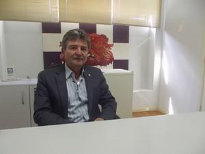 Edilson conta que o número de empresas extintas na cidade é relativamente baixo.  (Foto: Alexandre Fonseca/G1)