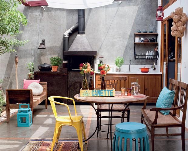 Pátio e muitas plantas deixam casa com clima da interior