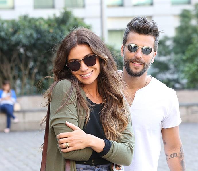 Giovanna e Bruno, caracterizados como Alice e Mario, posam juntos nos bastidores da gravação (Foto: Carol Caminha / Gshow)