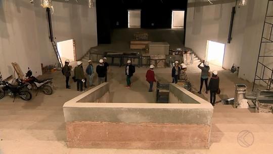 Visita guiada apresenta andamento de obras em teatro de Juiz de Fora