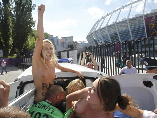 Ativistas nuas do grupo Femen s&#227;o detidas ap&#243;s manifesta&#231;&#227;o contra prostitui&#231;&#227;o feminina em frente ao Est&#225;dio Ol&#237;mpico de Kiev, na Ucr&#226;nia, neste domingo (24) (Foto: Gleb Garanich/Reuters)