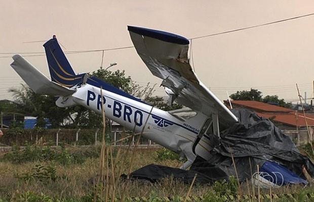 Avião bate em fiação elétrica e cai às margens da GO-070, em Goiânia, Goiás (Foto: Reprodução/TV Anhanguera)