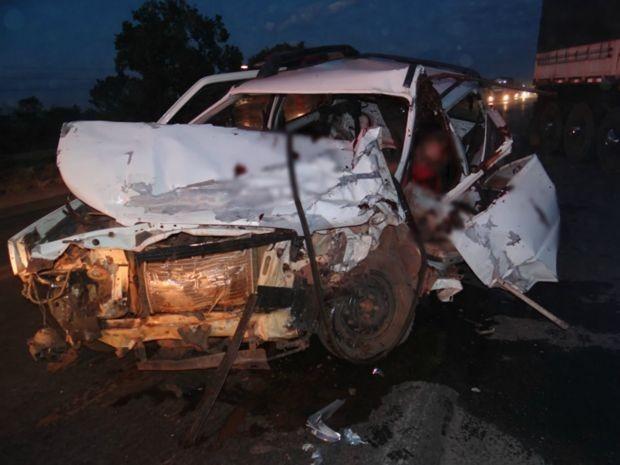 Carro ficou destuído após colisão na BR-242. (Foto: Sigi Vilares/Blog do Sigi Vilares)