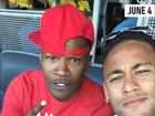 Neymar assiste ao jogo do Brasil ao lado de Jamie Foxx e Justin Bieber