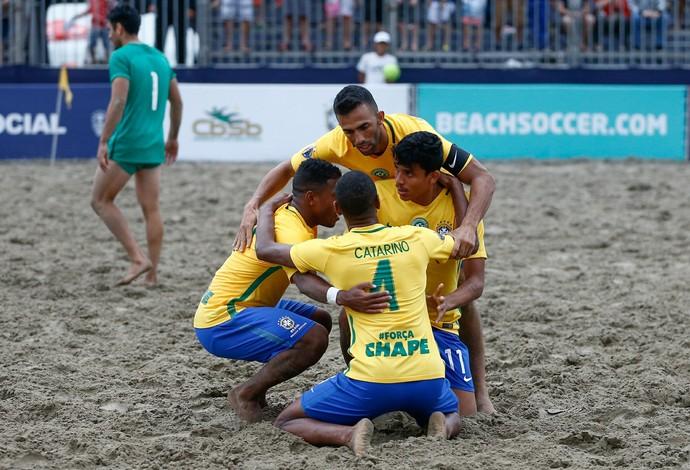 Brasileiros comemoram o gol de Mauricinho, um dos oito da goleada verde e amarela  (Foto: Marcello Zambrana / DGW)