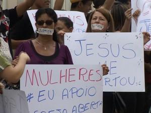 Fiéis protestaram em frente ao fórum durante audiência. (Foto: Reprodução/ TV Vanguarda)