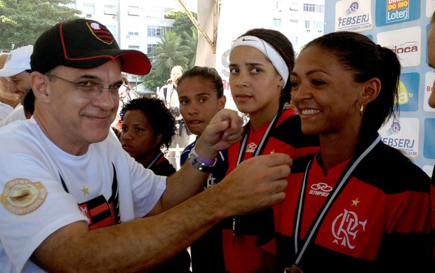Eduardo bandeira de mello presidente do Flamengo entrega medalhas (Foto: Thiago Correia)