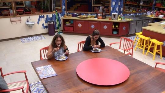 Vivian e Ieda jantam na cozinha