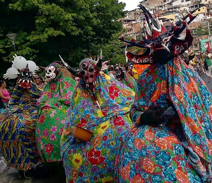 Caretas: integrantes usam máscaras de papel machê feitas em moldes de barro (Foto: Div./Luiz Hohenfeld)