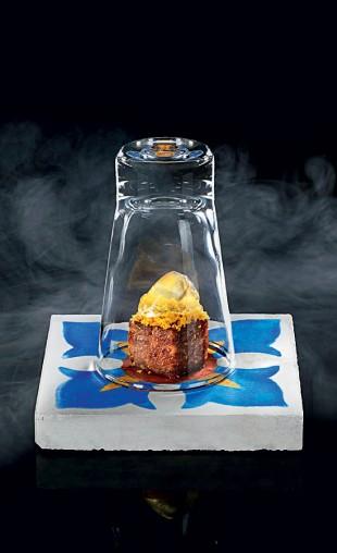 Tabaco, cachaça e mel - Para Exu A chef Bel Coelho criou um cupim em baixa temperatura, com farinha de dendê, gelatina de mel, cachaça e fumaça de tabaco  (Foto: Divulgação)
