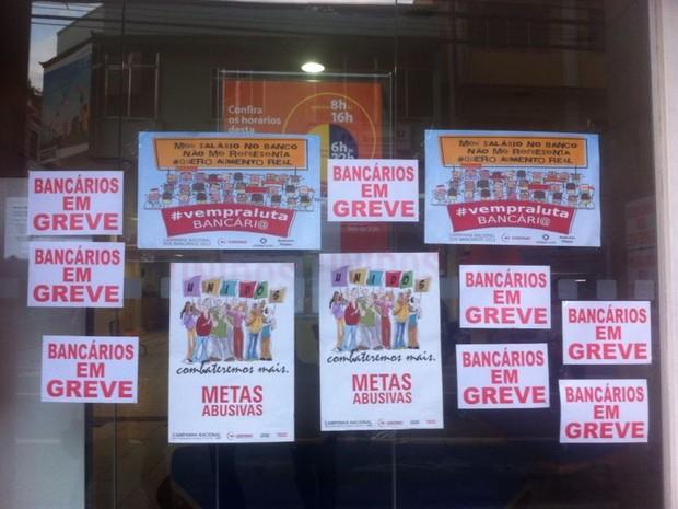 Bancários fazem greve no Sul do RJ (Foto: Vinicius Lima/G1)